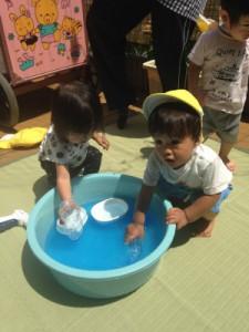 黄色ちゅうりっぷ6月新聞プール、色水遊び_5350