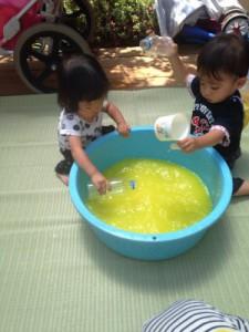 黄色ちゅうりっぷ6月新聞プール、色水遊び_429