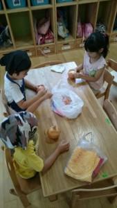 6月26日 ばら組 食育 玉葱の皮むき_3521