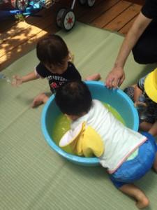 黄色ちゅうりっぷ6月新聞プール、色水遊び_1127
